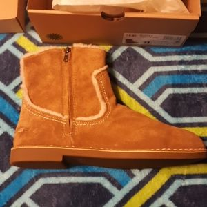 New UGG Catica size 11 Chestnut Boots